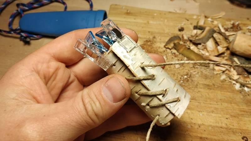 Fädle den Strick durch die Locher und verknote ihn an beiden Enden