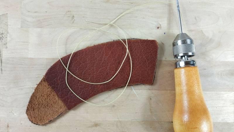 Bereite deine Nähahle vor. Führe den Faden durch die Nadel mit einer Länge, die 3 Mal so lang ist wie deine gewünschte Naht.