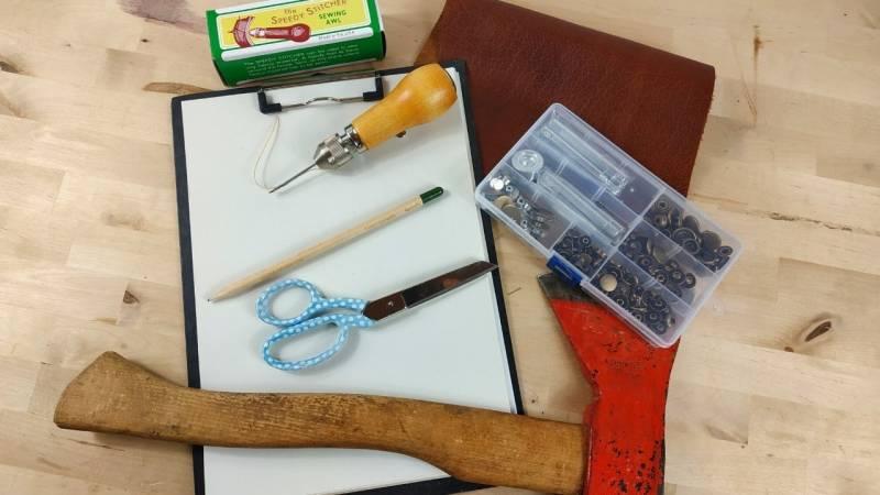 Das Material und die Ausrüstung für die Axtscheide