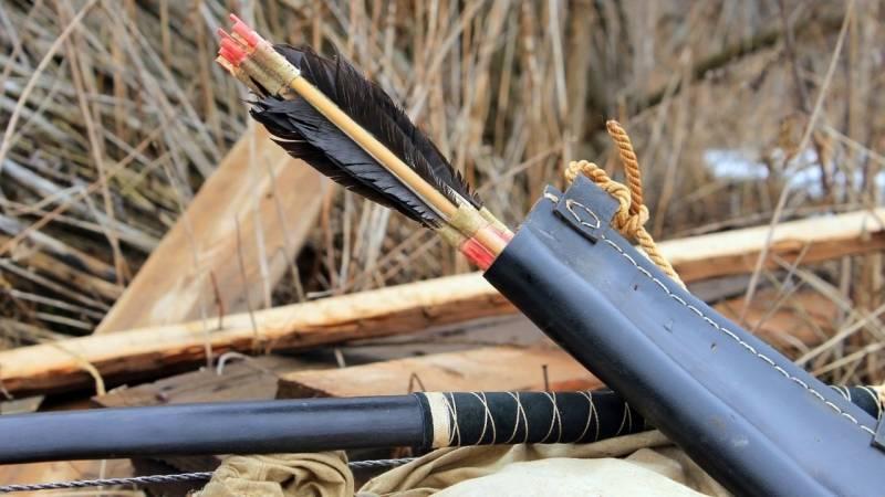 Ein Bogen und Pfeil herstellen ist keine leichte Aufgabe und lohnt sich nur, wenn du länger in der Wildnis bist.