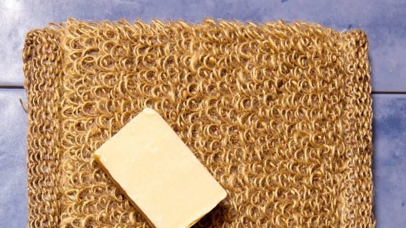 Ein Waschlappen aus Brennnesselfasern mit Seife