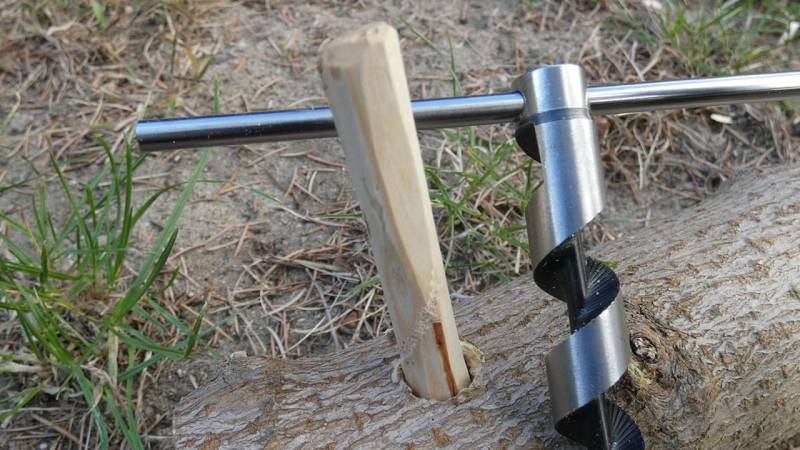 Ein geschnitzter Zapfen, welcher in das Loch vom Bohrer gesteckt wird