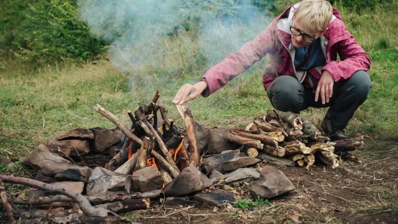 An einer Feuerstelle wärmst du dich nicht nur, sondern du kochst dort auch dein Essen