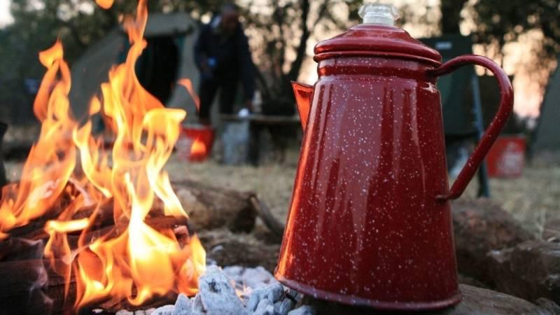 Das bedeutet Entspannung: Am Feuer einen Kaffee zubereiten und trinken