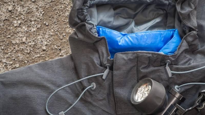 Robuste Kleidung solltest du beim Camping immer dabei haben