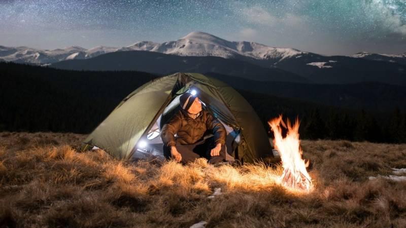 Eine Taschenlampe ist Pflicht beim Campen, ansonsten tappst du im Dunkeln