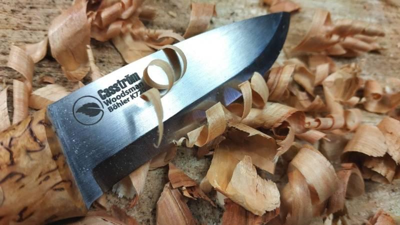 Feathersticks schnitzen gehen mit dem Casström Messer mit Leichtigkeit von der Hand