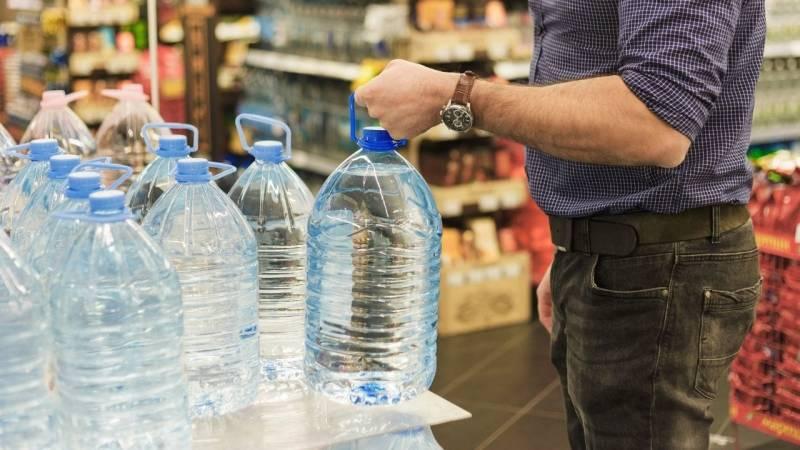 Destilliertes Wasser aus dem Supermarkt ist vollkommen genießbar