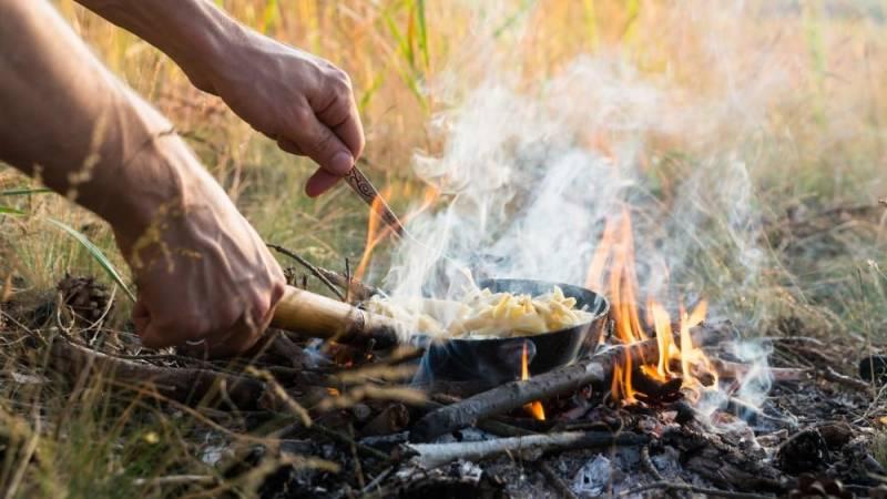 Mach anstatt den Grill doch ein Lagerfeuer an und koche damit