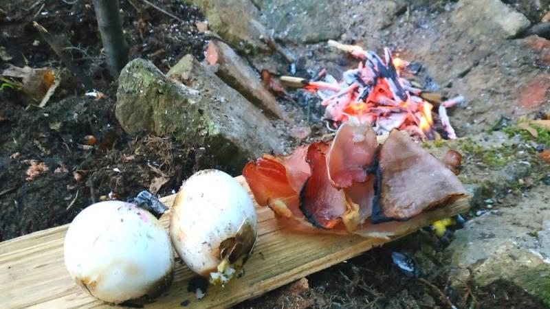 Hier habe ich im Bushcraft-Camp Eier und Speck im Lagerfeuer zubereitet