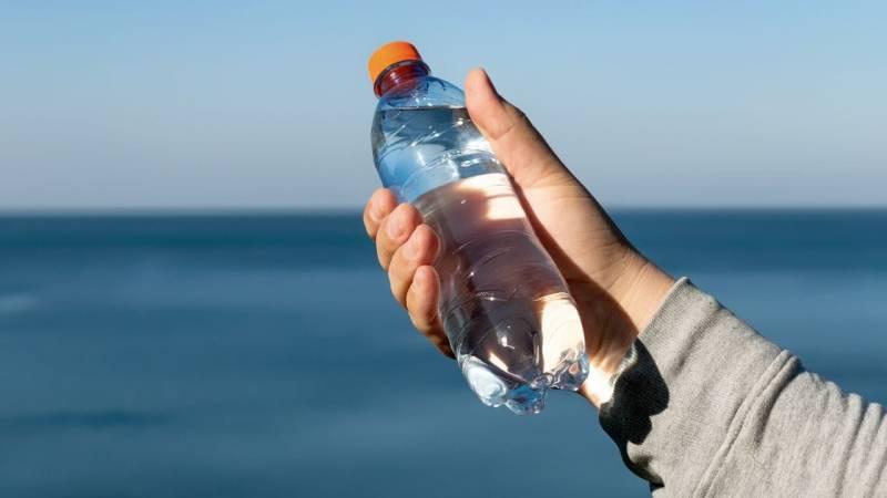 Eine Plastikflasche kann das Licht wie eine Lupe bündeln