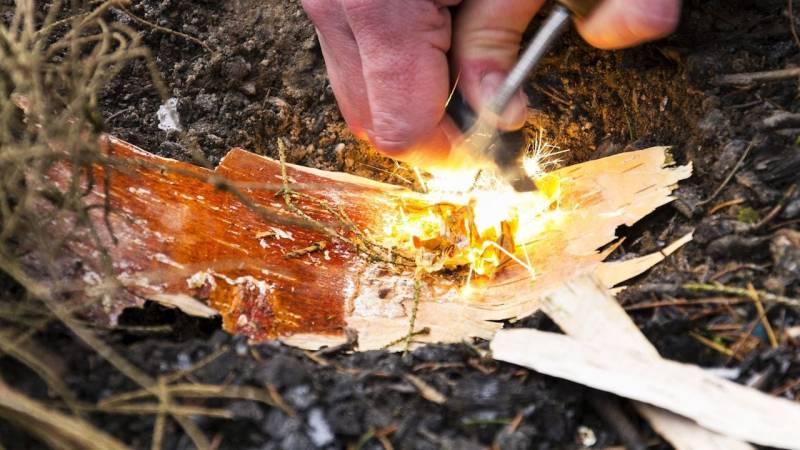 Wie du mit dem Feuerstahl schnell und einfach ein Feuer entzündest (Anleitung + Video)