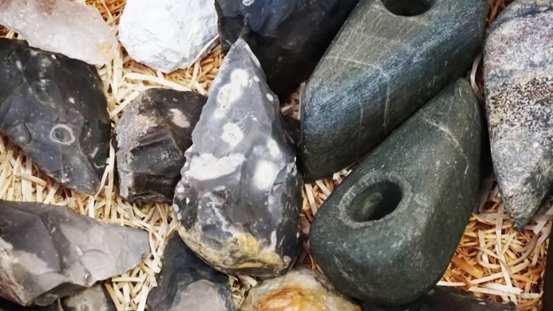 Eine primitive Klinge lässt sich aus einem Feuerstein herstellen