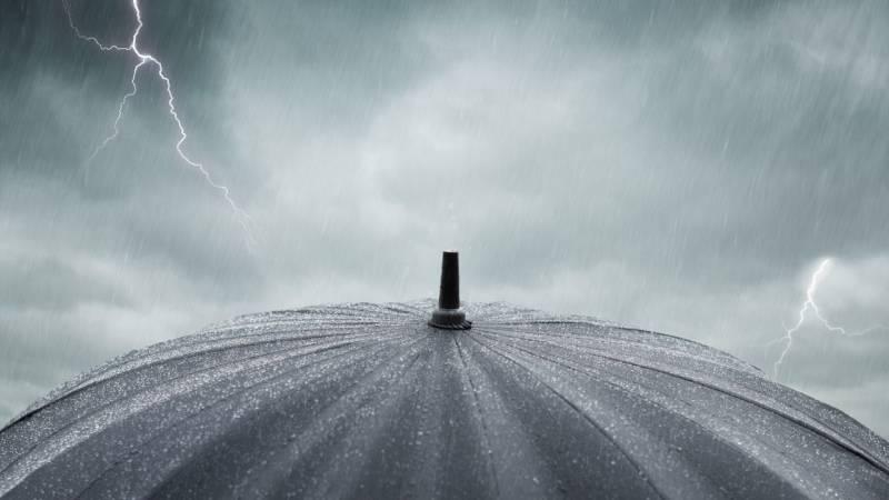 Ein offener Regenschirm ist lebensgefährlich bei Gewitter