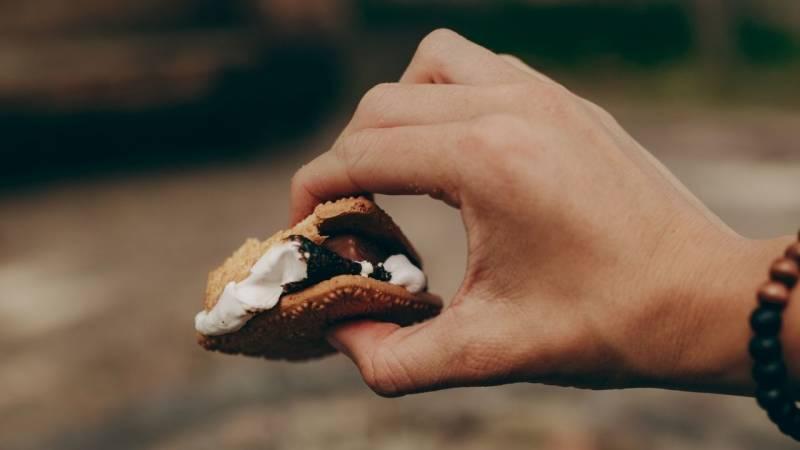 Hast du schon malm Kekse mit Schokolade überm Lagerfeuer probiert?