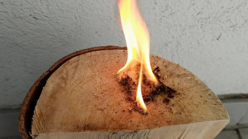 Mit deinem Feuerstahl entzündest du das Zunderbündel aus Kienspan-Wolle