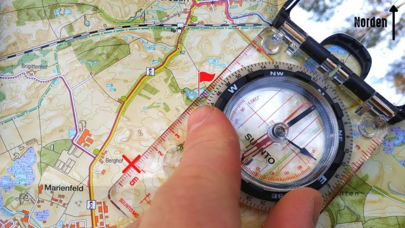 Schritt 3: Richte die Orientierungslinien in der Drehscheibe mit den Nord-Süd-Linien der Karte aus
