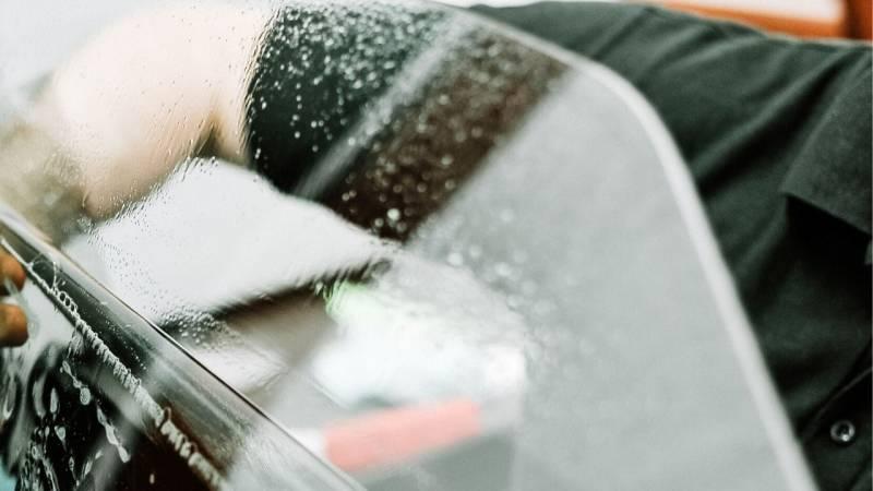 Nutze die nicht polierte Kante einer Autoscheibe um dein Messer zu schärfen