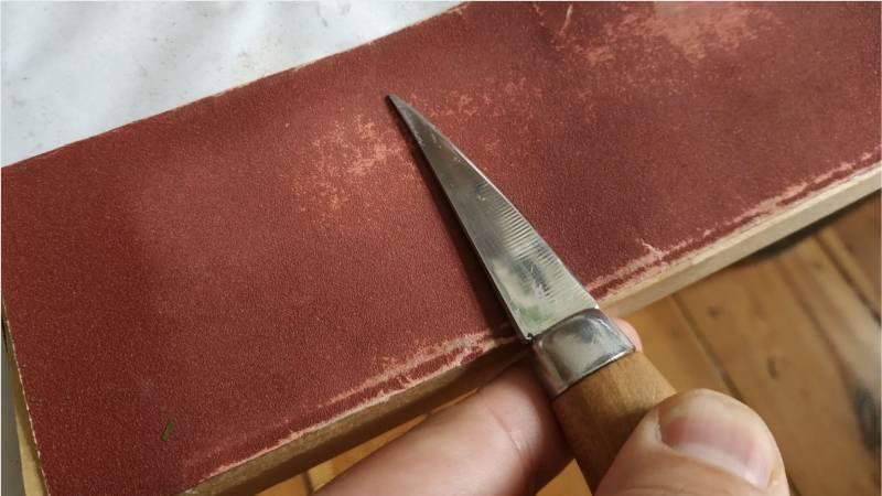 Mit feinem Schleifpapier lasse sich Messer auch schärfen