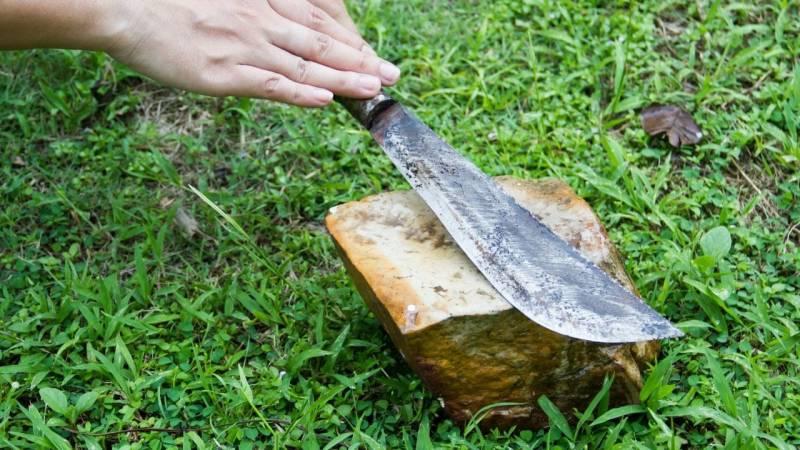 Eine der ältesten Methoden um Messer zu schärfen: der Naturstein
