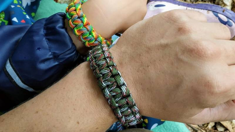 Selbst geknüpftes Paracord-Armband für Vater und Sohn