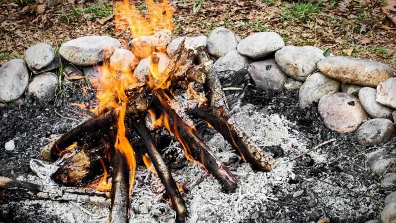 Wie baust du die perfekte Bushcraft Feuerstelle auf?