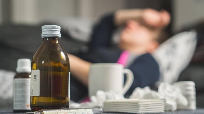 Medikamente gegen Grippe und Erkältung: Es gibt Kombi-Präparate, aber oft hilft nur Ruhe und Schlaf. Ansonsten nimm Schmerzmittel und Vitamine zu dir.