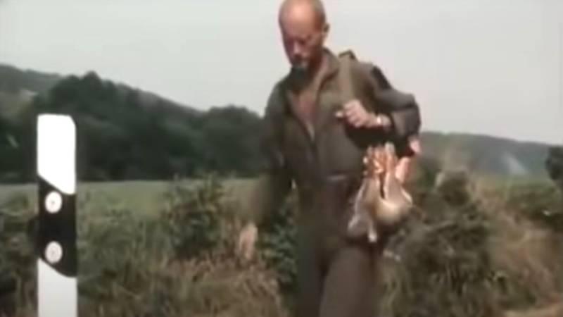 Rüdiger Nehberg packt einen überfahrenen Hasen ein und isst ihn später
