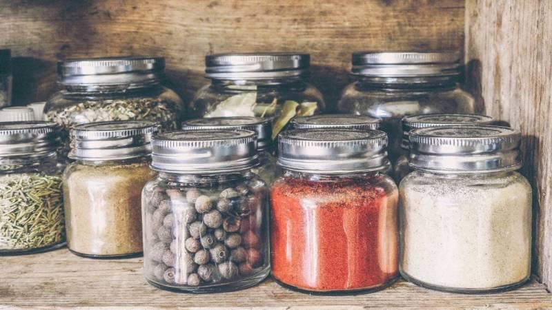 Gewürze, Salz und Pfeffer sind ewig haltbar