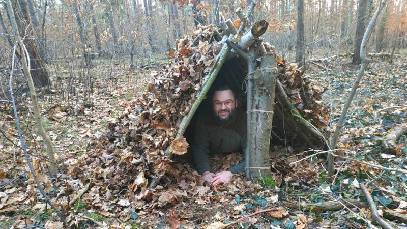 Solch ein Wilderness Survival Shelter hält dich im Notfall warm