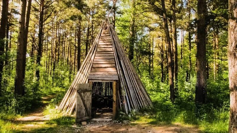 Ein aufwändig gebautes Tipi-Shelter