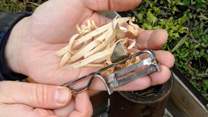 Mit einem Schäler löst du grobe Holzlocken