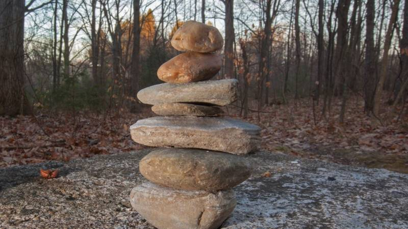 Ein Steinhaufen ist menschengemacht und ist ein gutes Signal für Suchende
