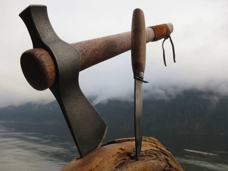 Axt und Messer sind eine großartige Kombination in der Wildnis