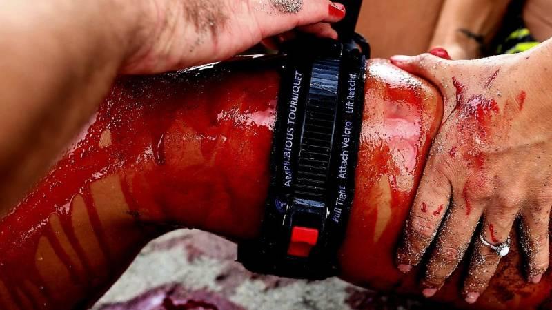 Bei einer tiefen Fleischwunde, die nicht aufhört zu bluten, musst du den Blutfluss in den Venen und Arterien stauen oder vollständig unterbrechen (z. B. mit einem Tourniquet)