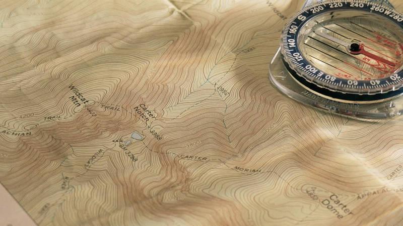 Eine topografische Karte zeigt dir im Detail das Gelände an - du siehst dort Höhen, Tiefen und Gewässer
