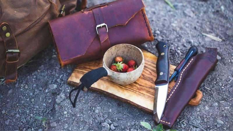 Der traditionelle Bushcrafter begeistert sich für Holz- und Lederverarbeitung sowie für das indigene Wissen und die Fertigkeiten unserer Vorfahren