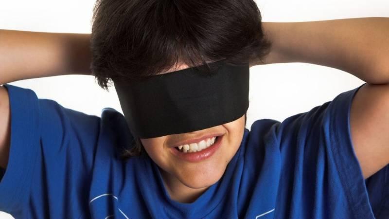 Waldspiele mit einer Augenbinde erfordern den Einsatz aller anderen Sinne