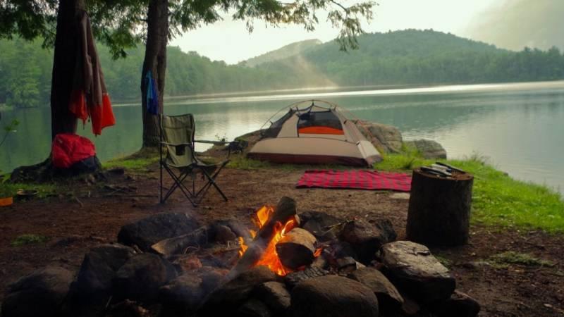 Camping macht unheimlich Spaß – jedoch musst du an viele Dinge denken, die mitzunehmen sind