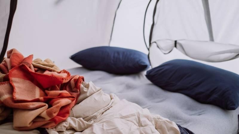 Ein Kopfkissen beim Zelten kann dir den Schlaf unheimlich versüßen