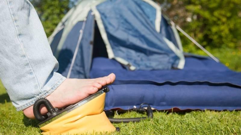 Mit einer Luftmatratze liegst du beim Zelten recht bequem