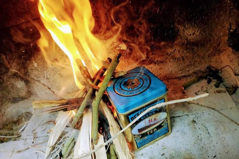 Feuer anzünden und Dose dort drin lassen